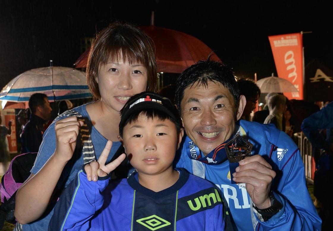 アイアンマントライアスロン3年連続完走後の記念の家族写真